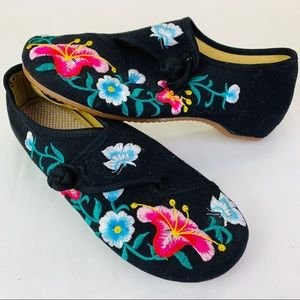 Beautiful Embroidered Flower Flats 🌸